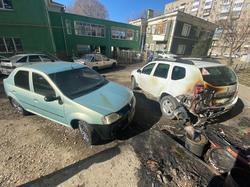 Во дворе дома ночью горели два автомобиля