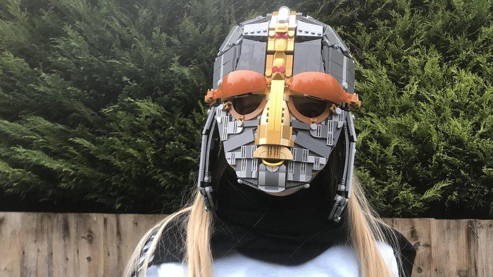 Британская семья собрала из лего средневековый шлем