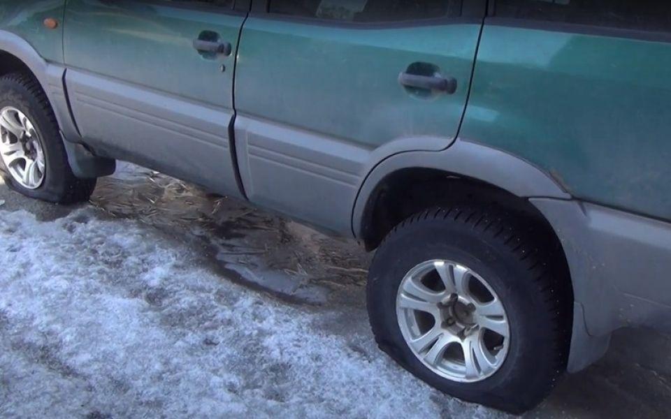 Разозлился: пьяный бийчанин порезал шины у десятка автомобилей
