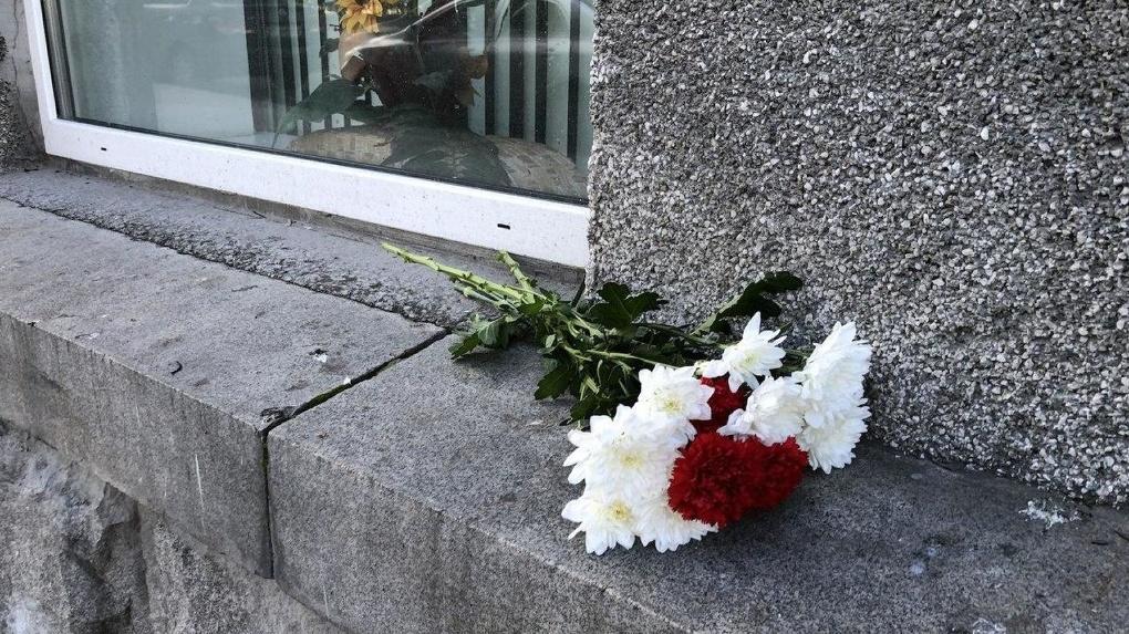Суд оштрафовал девушку, которая повесила стихи напротив посольства Белоруссии