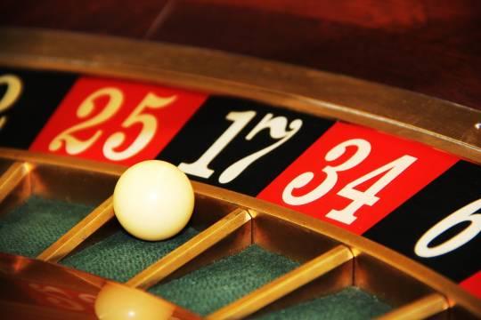 Помощница Анны Седоковой потратила деньги певицы в казино