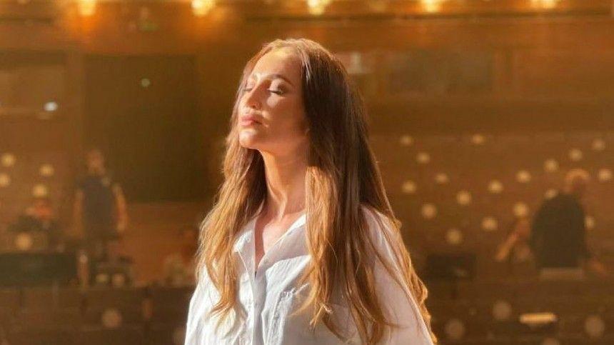 Видео: Бузова в образе певицы кабаре спела свою партию на сцене МХАТа