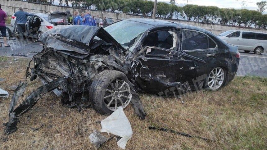 Двигатель вырвало у такси в результате жесткого ДТП на юго-западе Петербурга — видео