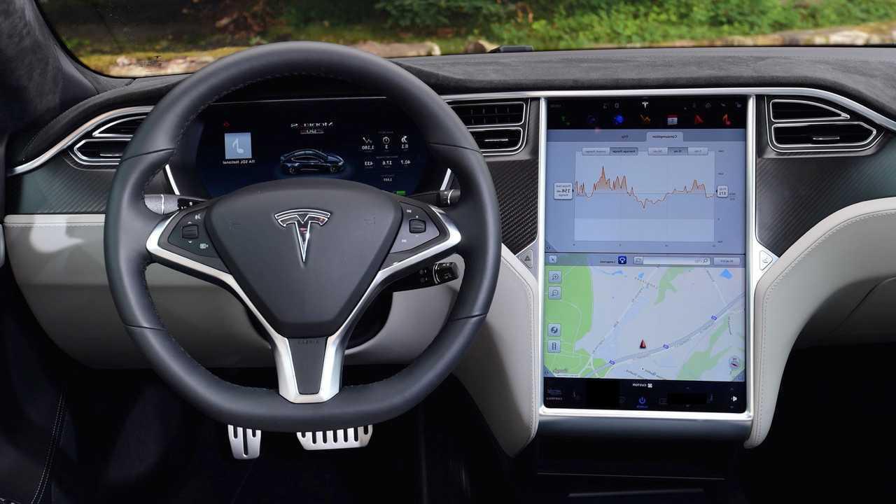 Электрокар Tesla распознал на кладбище живого человека