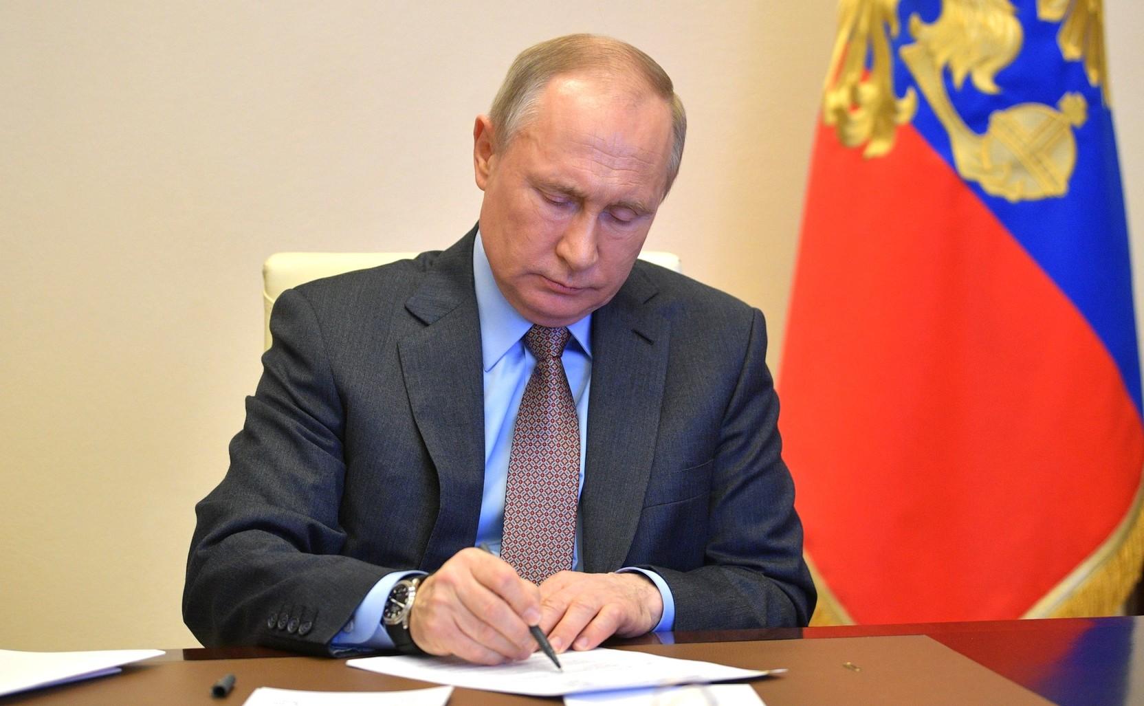 Путин посмертно наградил 19-летнюю девушку-волонтера за помощь пожилым людям