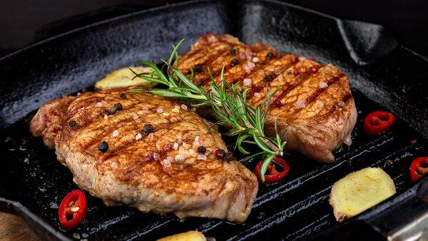 Сколько жарить свинину: на сковороде, в мультиварке, стейк, кусками, отбивные