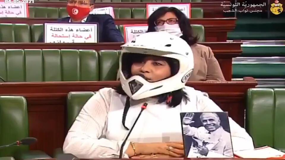 Член парламента Туниса в шлеме и бронежилете стала героем мемов