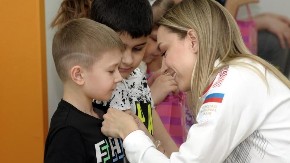 Олимпийская чемпионка Канаева встретилась с детьми с пороками сердца