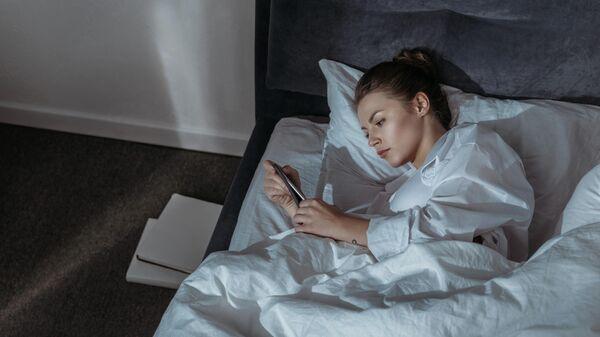 Медик оценил опасность сна рядом со смартфоном