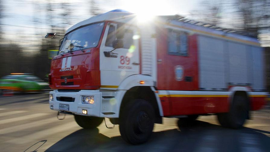 Пожар в подмосковном ангаре может распространиться на другое здание