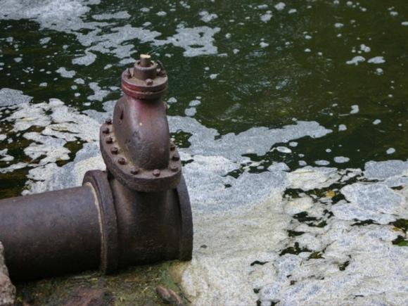 «Стреляет и пузырится»: петербуржцы пожаловались на пену, повалившую из канализационной станции (видео)