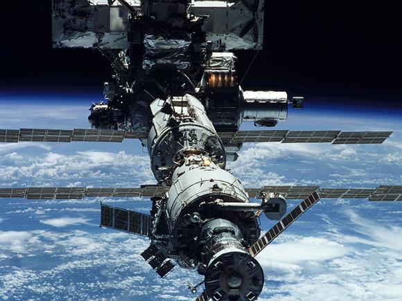 Российские космонавты возвращаются к ремонту трещин на МКС