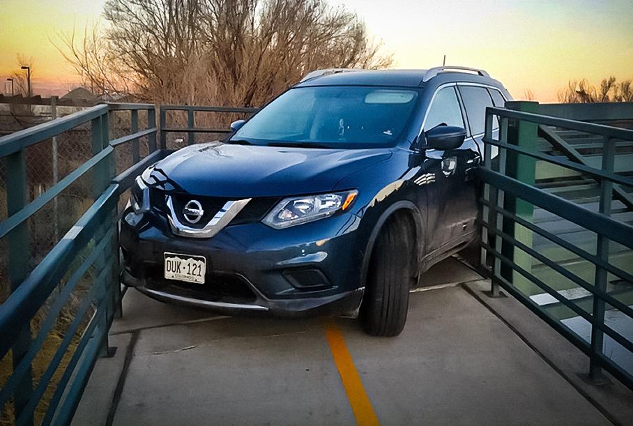 Кроссовер Nissan попытался проехать по пешеходному мосту. Не удалось
