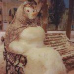 Снежная баба поселилась на аллее в Ставрополе