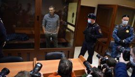 «Продажных холуёв» оценили почти в миллион: Навальному добавили штраф за клевету перед колонией