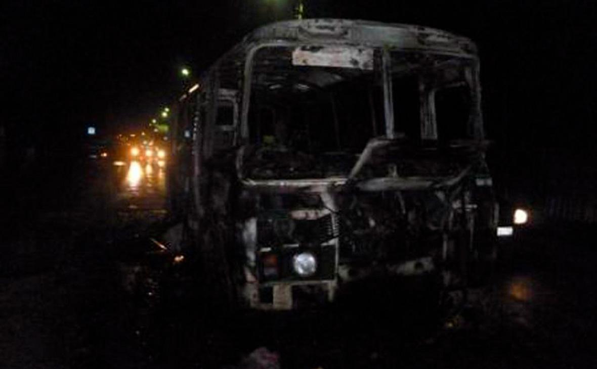 Перевозивший вахтовиков автобус сгорел на трассе в Красноярском крае