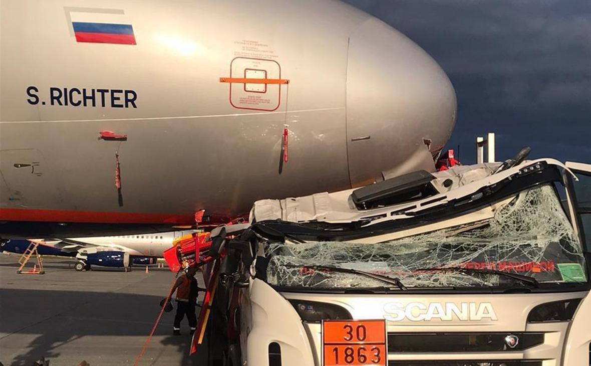 В Шереметьево автомобиль столкнулся с самолетом