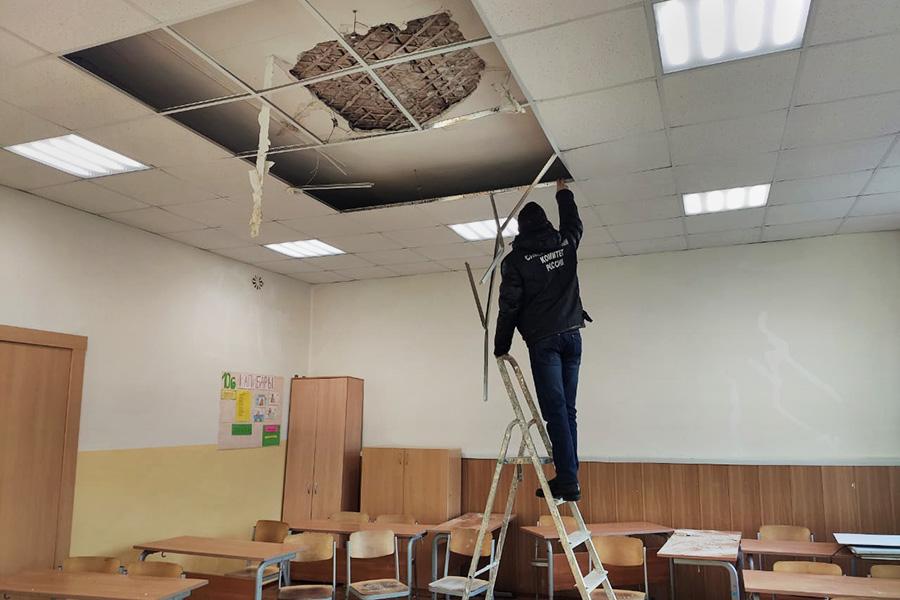 В архангельской школе на десятиклассников обвалился потолок