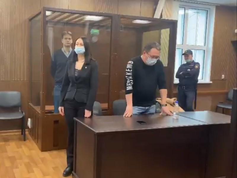 Таксист приговорен к двум годам за то, что толкнул ограждение в сторону росгвардейца