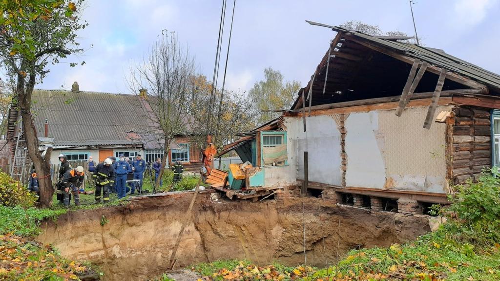 В Брянской области жилой дом с людьми провалился под землю