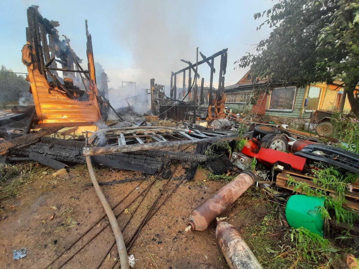 В Смоленском районе сгорели гараж, курятник, столярная мастерская и сарай