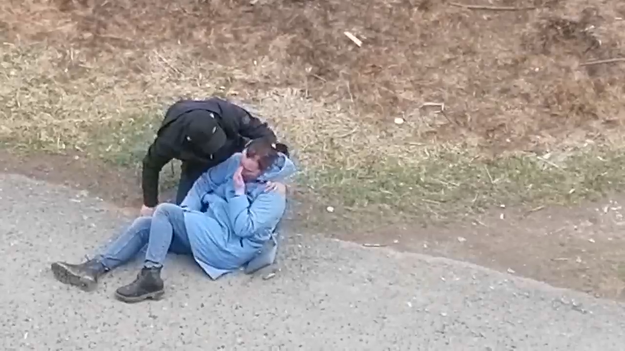 Едва держалась на ногах. В Прикамье сняли на видео пьяную мать, гуляющую с ребёнком