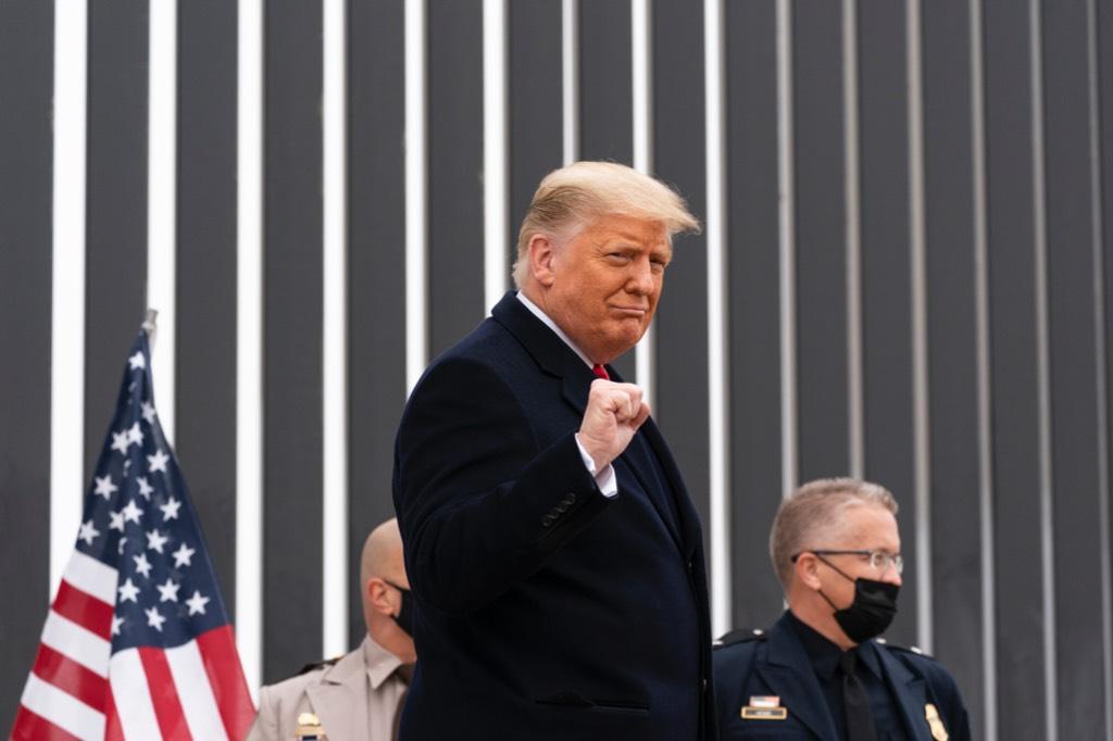 Трамп отказался 'унижаться' и досрочно уходить в отставку