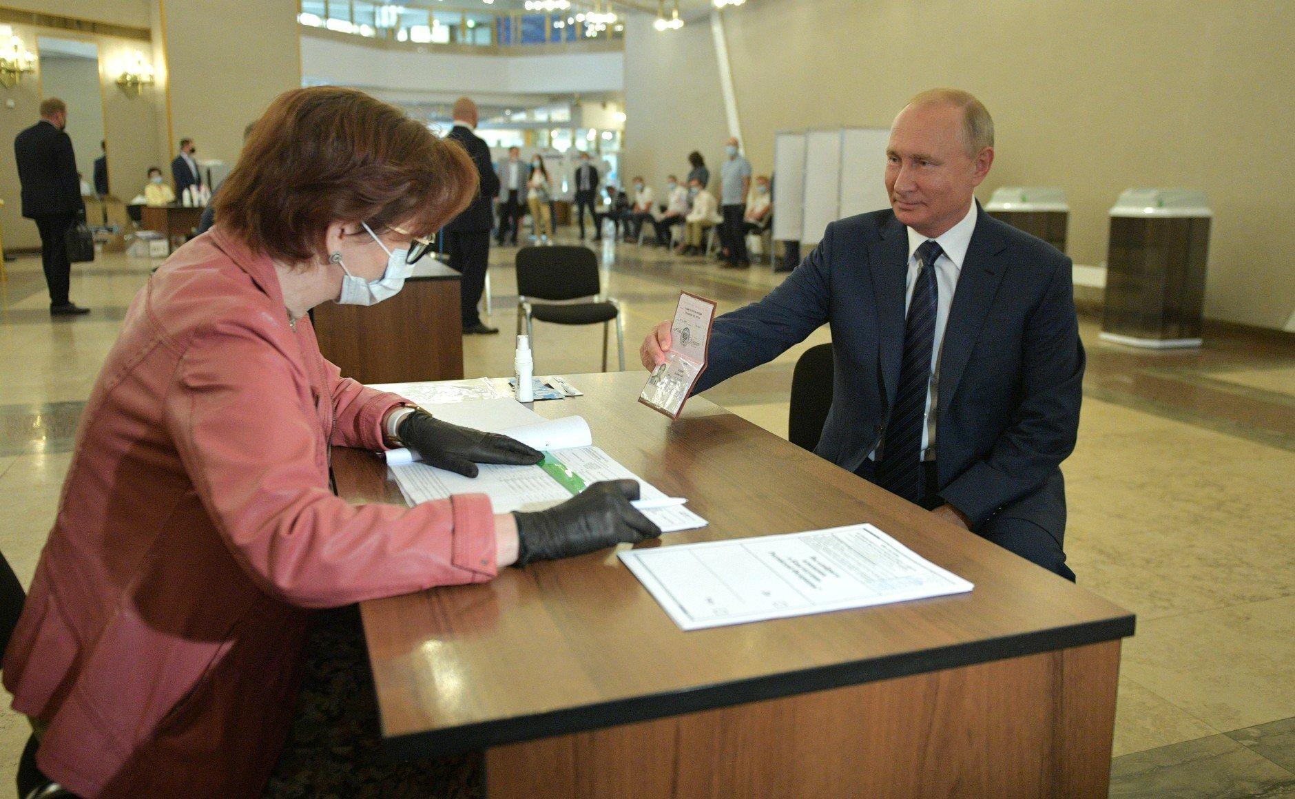 Песков объяснил, почему Владимир Путин голосовал без маски и перчаток